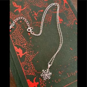Jewelry - Stunning sterling silver snowflake necklace